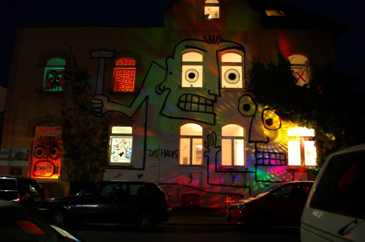Nacht muss sein, wenn Grafitties an der Cäsarstraße strahlen.