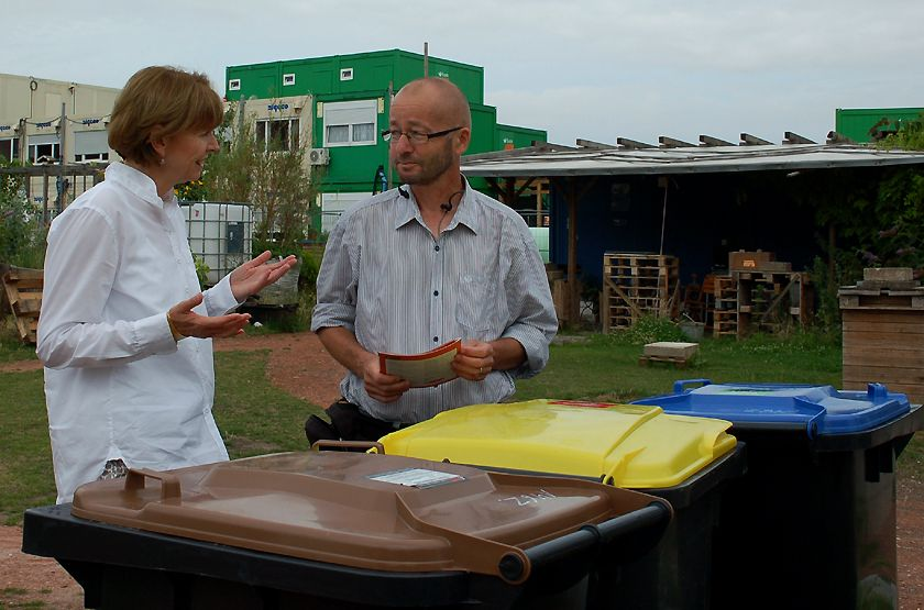 Henriette Reker hinter Tonnen im Gespräch mit Stefan.