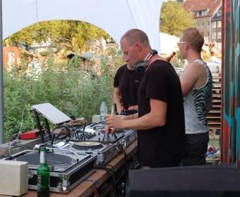 Die DJs vor dem roten Container.