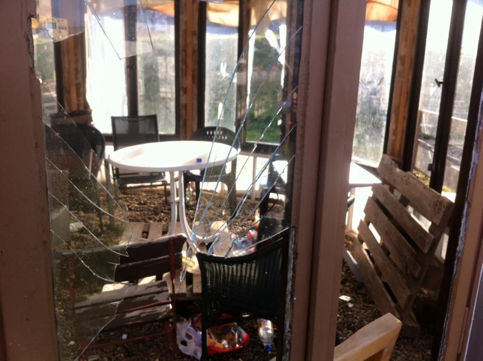Schon wieder ein Fenster eingeschlagen: Blick in unsere Glasjurte kurz vor Weihnachten