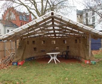 Lehmhaus mit repariertem Dach.