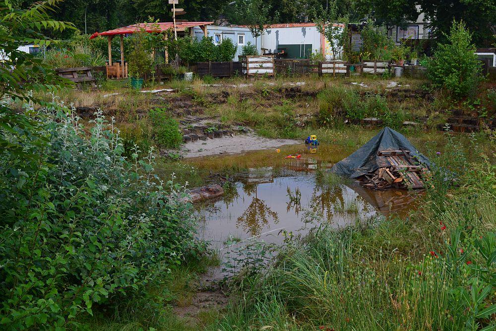 In NeuLands-Sandarena staut sich nach Regenfällen das Wasser