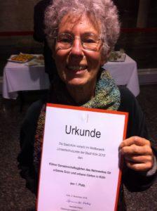 Strahlend: Birgit vom VHS-Biogarten Thurner Hof mit der Preisurkunde