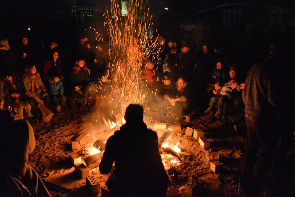 Lagerfeuer mit Menschen im Kreis