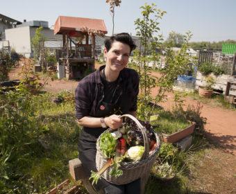 Clara von Hartz-Möllmann mit Gemüsekorb im Garten